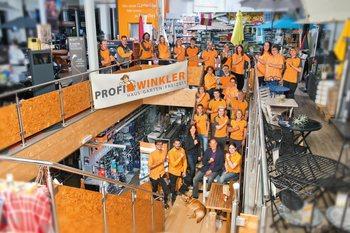 Photo des Profi Winkler Teams im Laden, gekleidet in den Firmenfarben